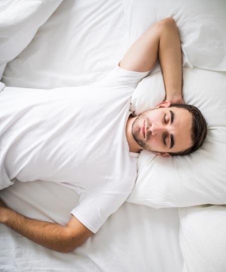ragazzo con la schiena in salute che dorme
