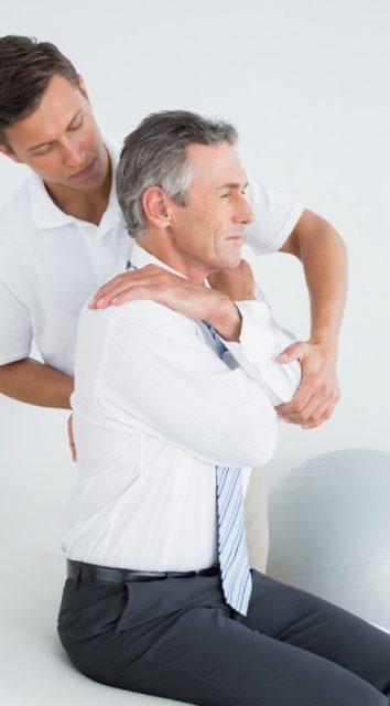 uomo che fa un esercizio per correggere la postura