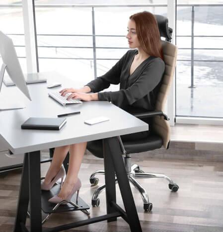 ragazza seduta correttamente alla scrivania